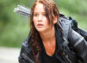 Katniss, implacável na arena com seu arco e flecha