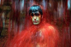 Uma das cenas mais impactantes do filme, a cachoeira de sangue
